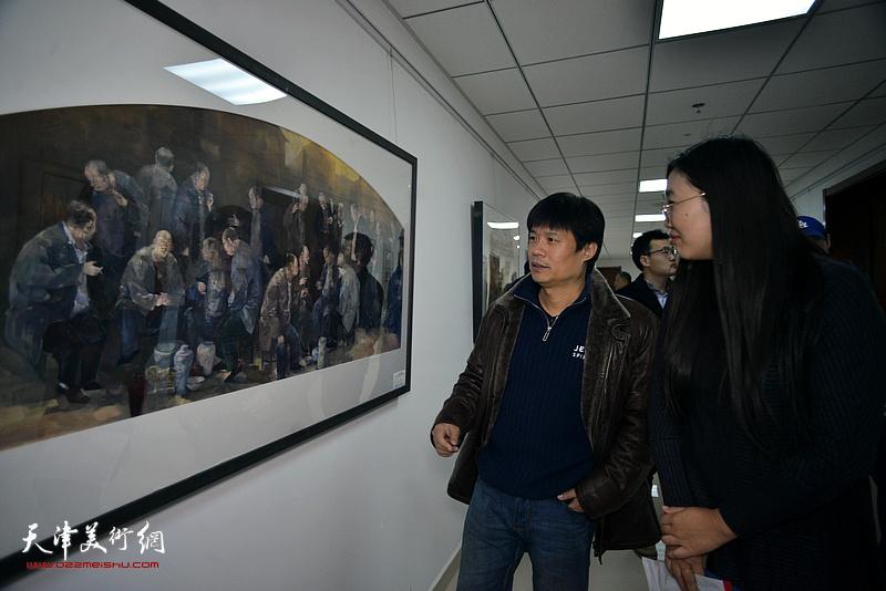 王海涛观看展出的作品。