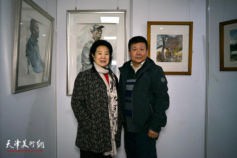 曹秀荣与帅起在画展现场。