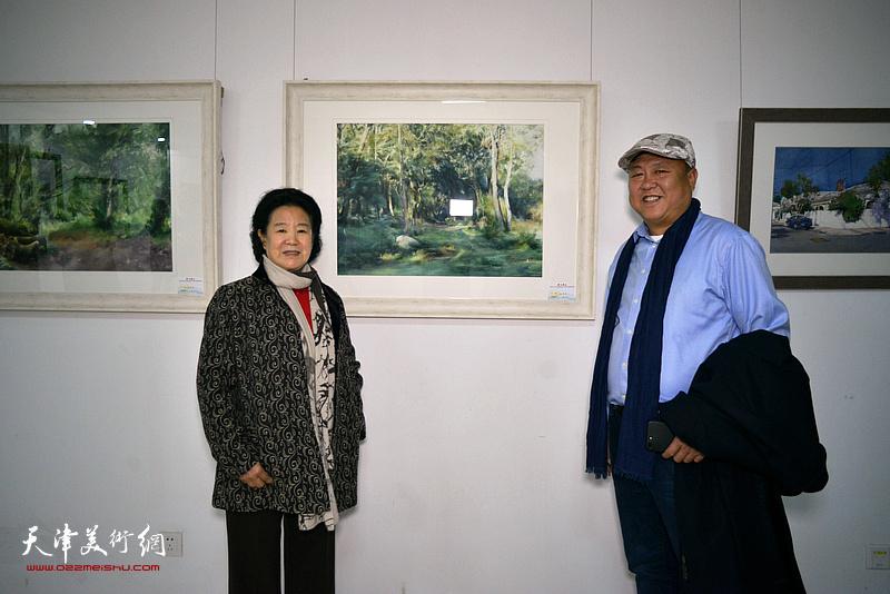 曹秀荣与李嘉祥在画展现场。