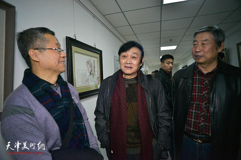 琚俊雄、吕培桓、胡万荣在画展现场交流。