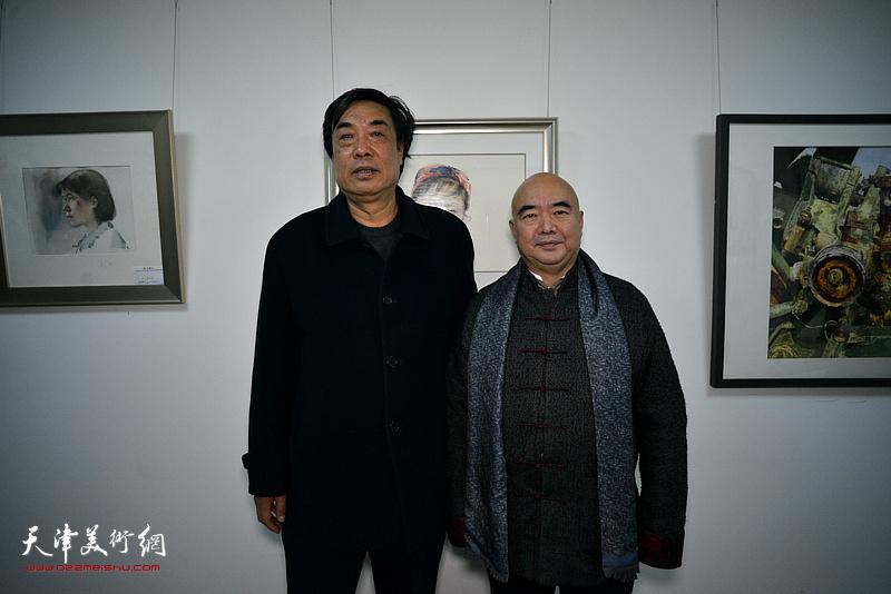 尹沧海、杜晓光在画展现场。