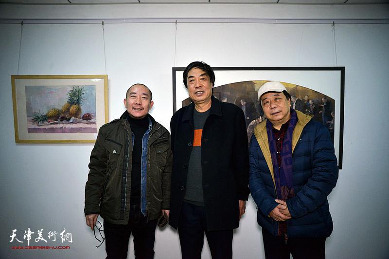 左起:王再善、杜晓光、赵寅在画展现场。