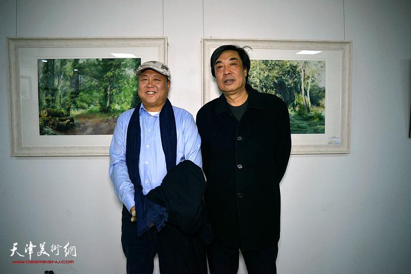 杜晓光、李嘉祥在画展现场。