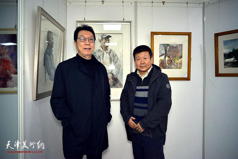 刘书翰、帅起在展出的作品前。