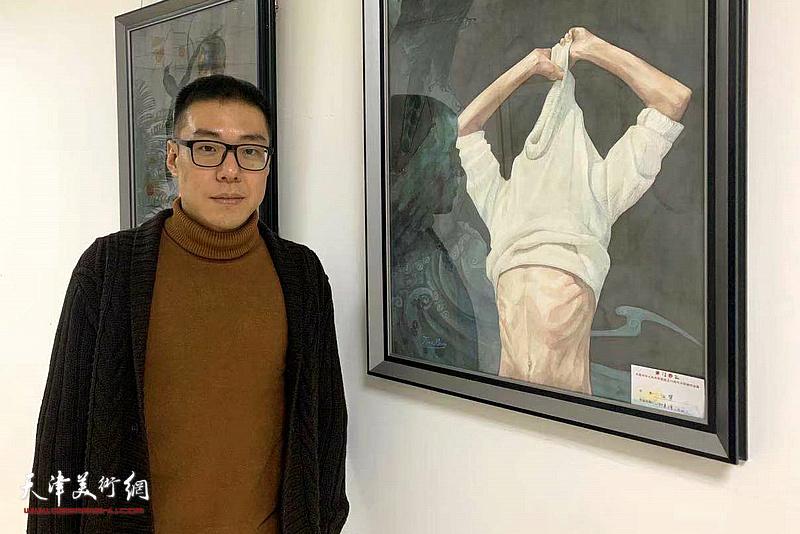 田梦在展出的作品前。