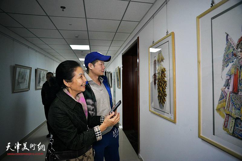 """""""津门彩汇——庆祝中华人民共和国成立70周年水彩画作品展""""现场。"""