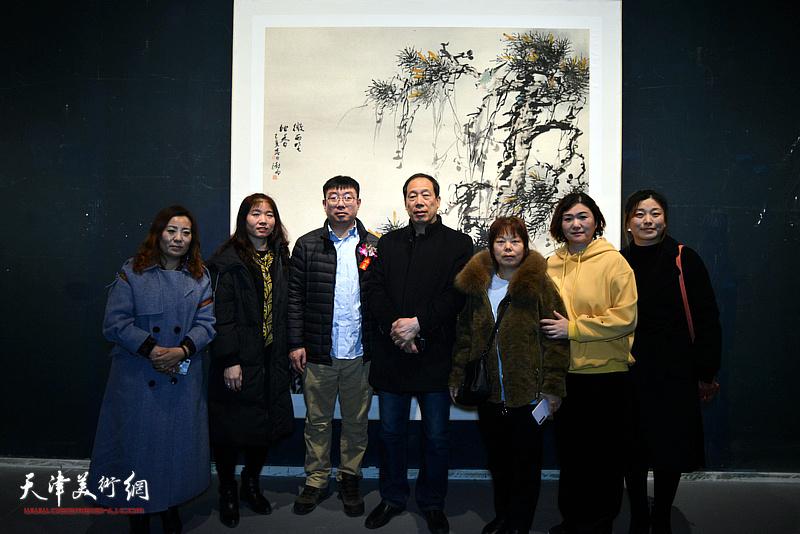 阴澍雨与书画爱好者在画展现场。