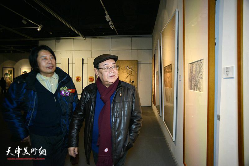 孙季康、张向军观看展出的作品。