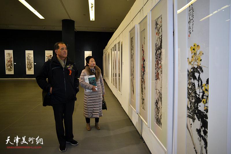 张志连、王霭馨观看展出的作品。