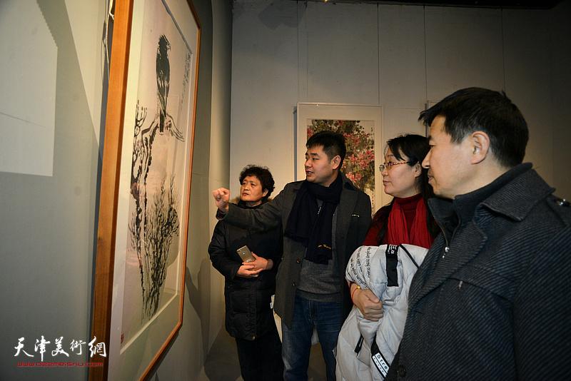 黄易非与书画爱好者观看展出的作品。