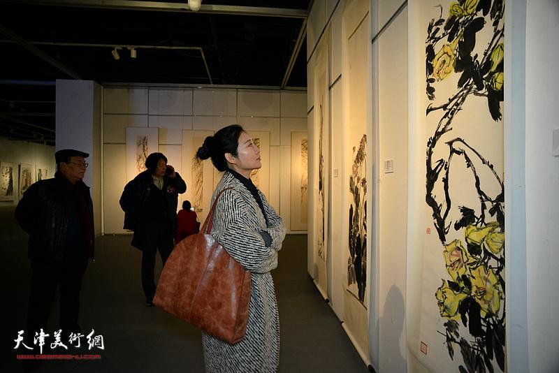 赵红云观看展出的作品。