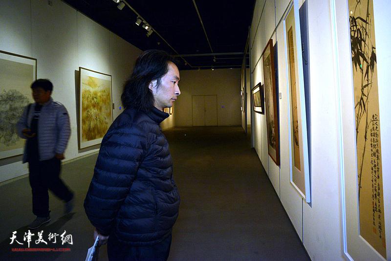 安士胜观看展出的作品。