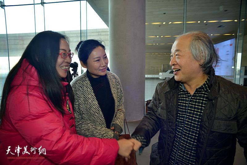 王书平、赵红云、拾景芳在画展现场。