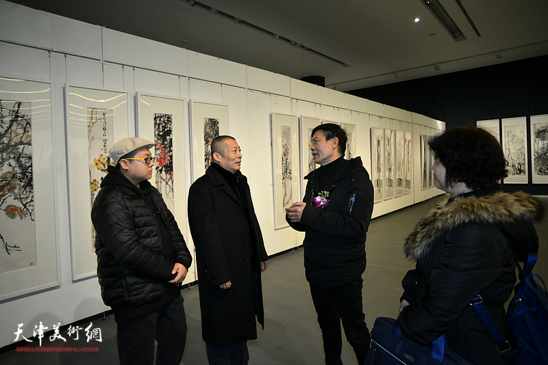 黎柱成与部分参展作者在画展现场。