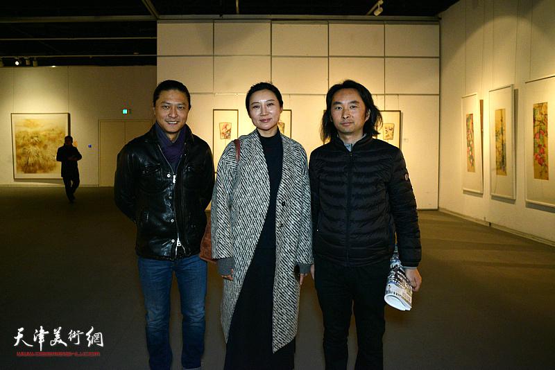 赵红云、姚铸、安士胜在画展现场。