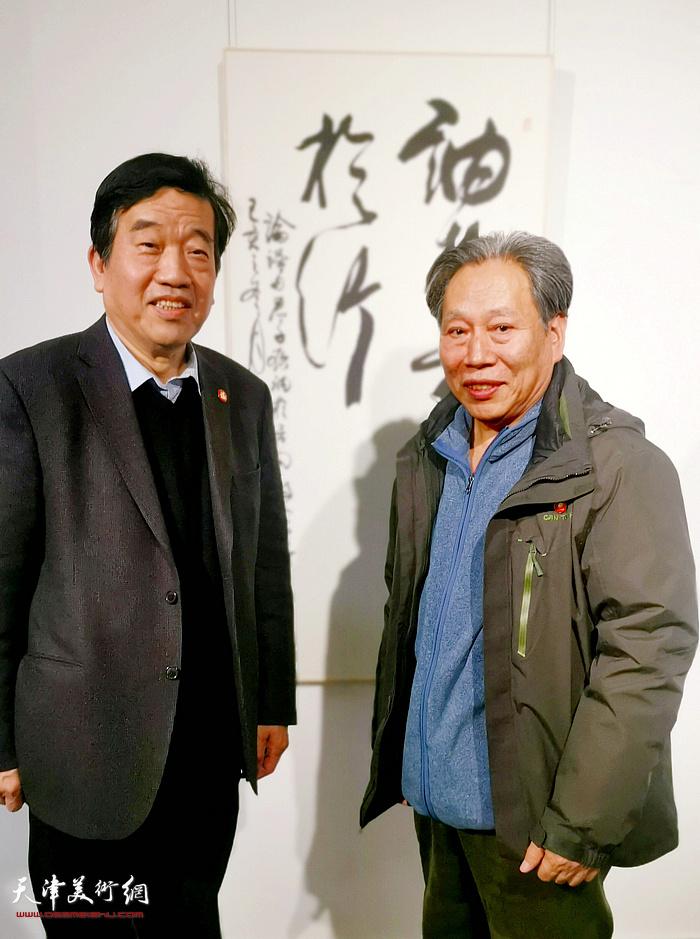 中国书法家协会主席苏士澍与霍然在展出的作品前。