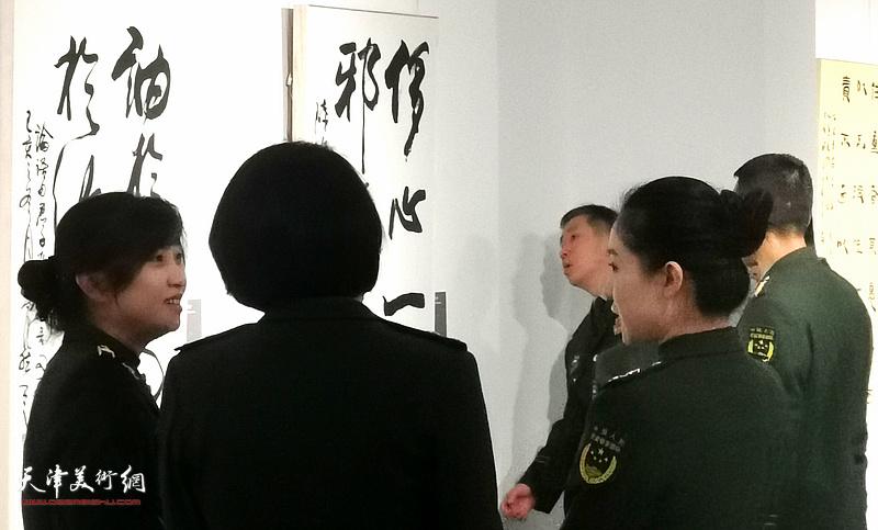 书法展现场,解放军官兵在观赏展出的霍然作品。
