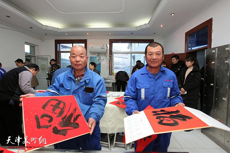 天津画院红色轻骑兵走进西青区城管委 挥毫泼墨慰问一线环卫工人