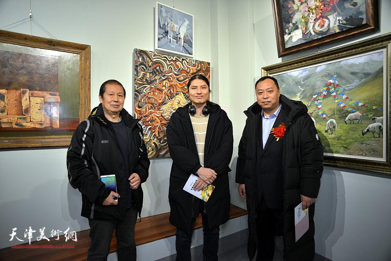 左起:孙维、孙笑然、刘悦在画展现场。
