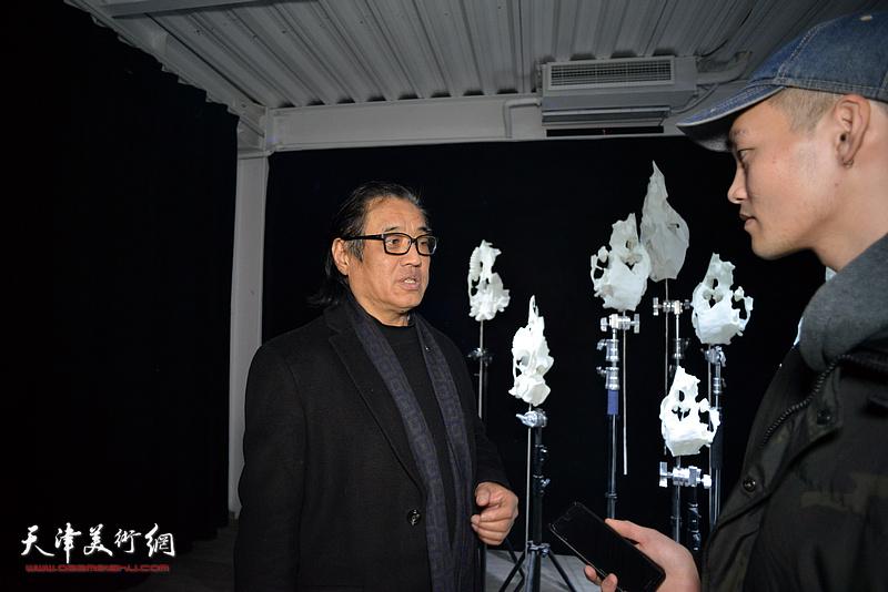 景玉民在展览现场接受媒体采访。