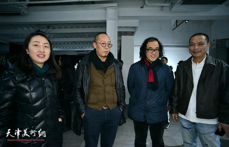 刘军与郑金岩在展览现场观看作品。