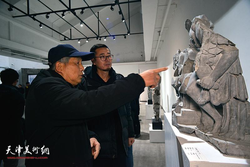 赵展在展览现场观看作品。