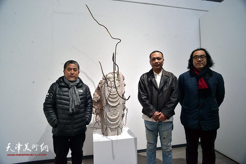 刘军与范敏、郑金岩在展览现场。