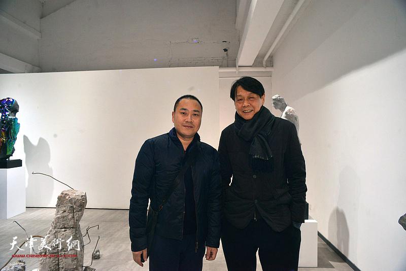 马元与来宾在展览现场。