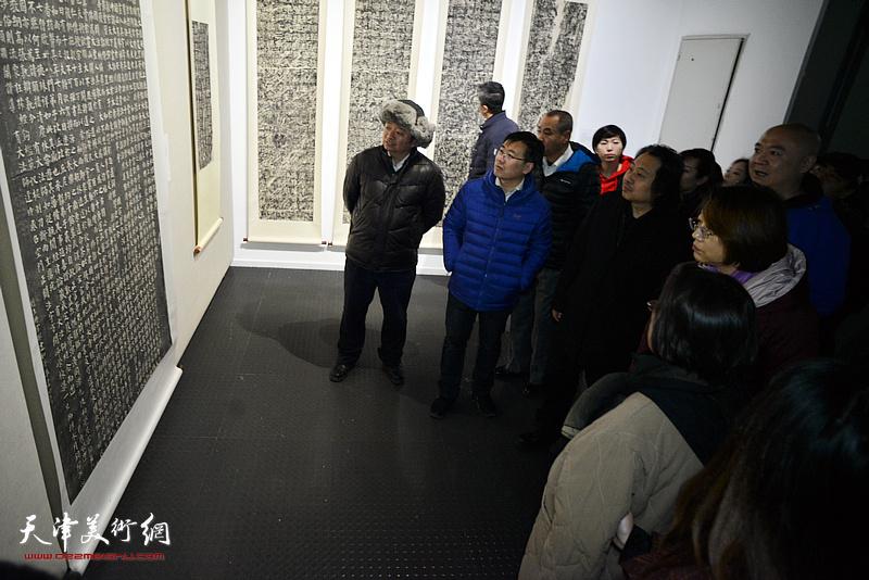 孙杰、贾广健、李鑫等观看展品。