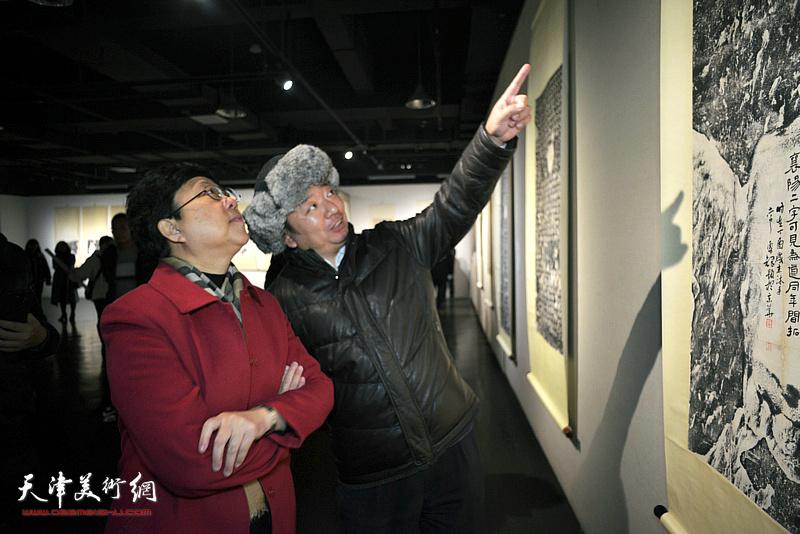 庆彪向蒋宗文介绍展品。
