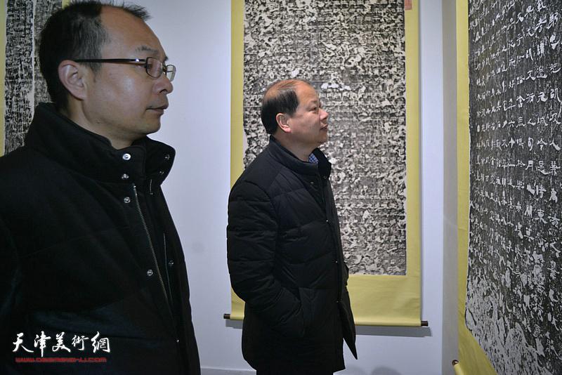 李锋在展览现场观看展品。