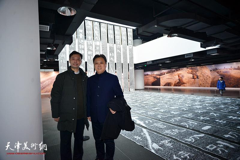 杨建军、王智忠在展览现场。