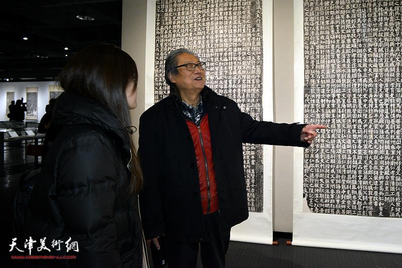 周志高在展览现场观看展品。