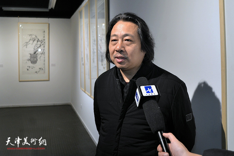 贾广健接受媒体采访。