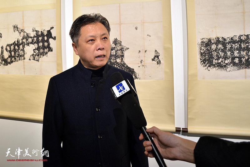 杨健君接受媒体采访。