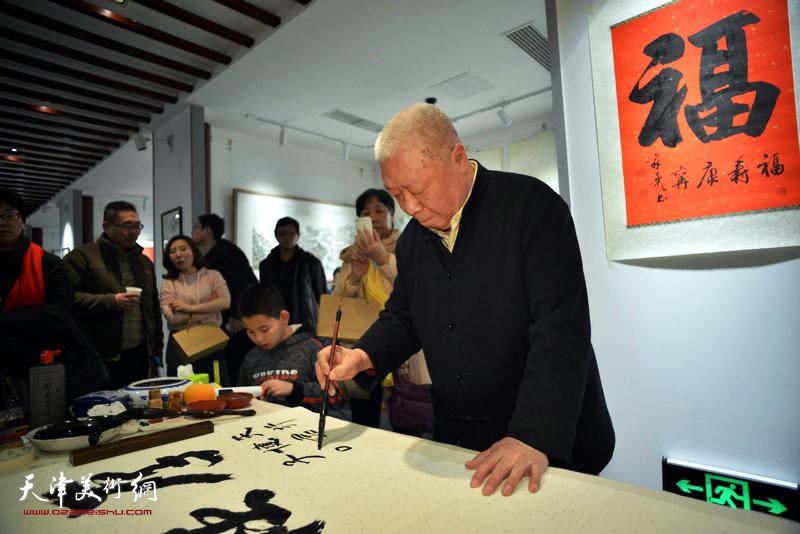 李家尧先生在慈善书画笔会活动上。