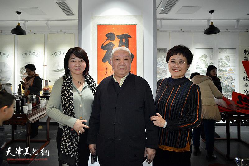 李家尧先生与严慈立、朱彤在慈善书画笔会活动上。