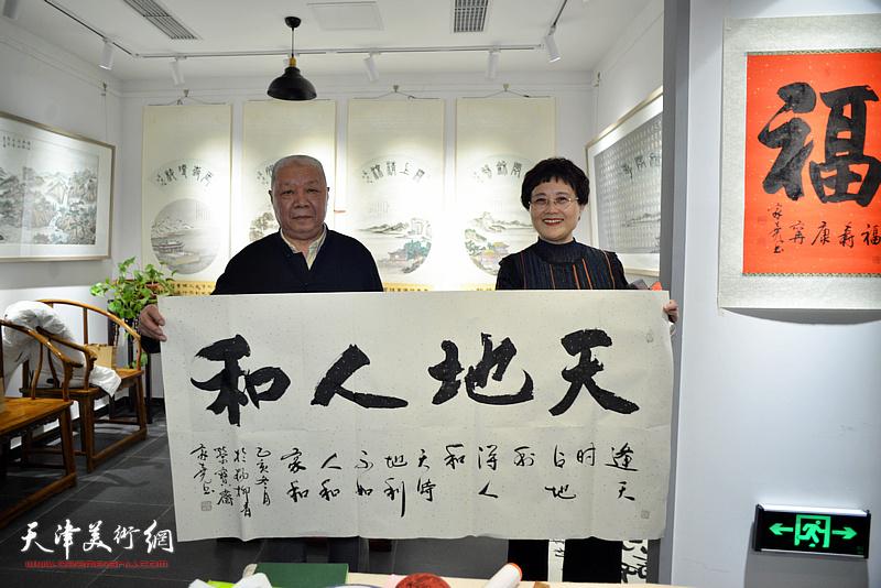 严慈立在慈善书画笔会活动上与李家尧先生作品善缘。