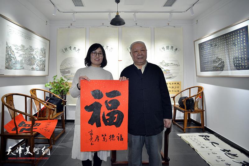 爱心人士在慈善书画笔会活动上与李家尧先生作品善缘。