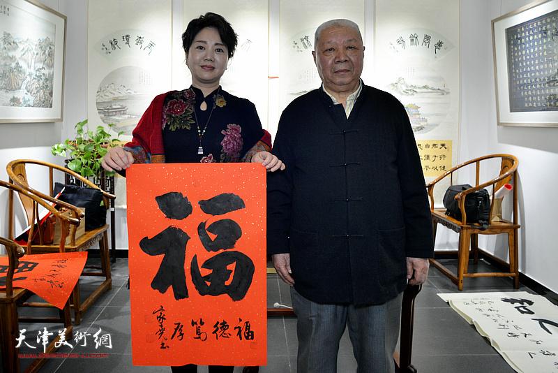 李家尧先生与童靖潇在慈善书画笔会活动现场。