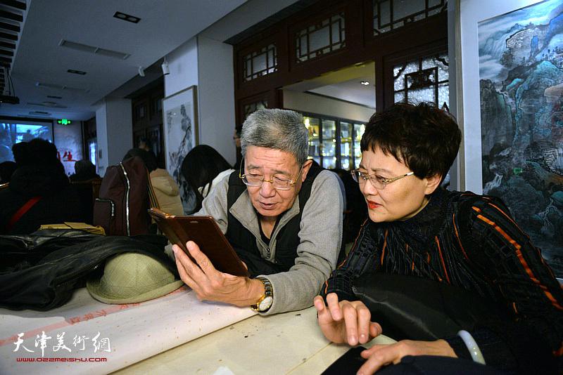 严慈立与爱心人士在慈善书画笔会活动现场。