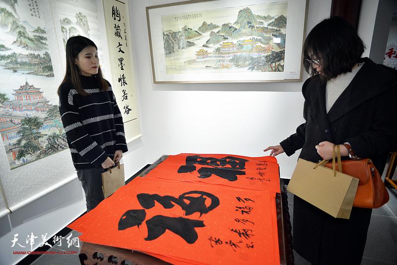 李家尧先生荣宝斋(天津杨柳青店)慈善书画笔会活动现场。
