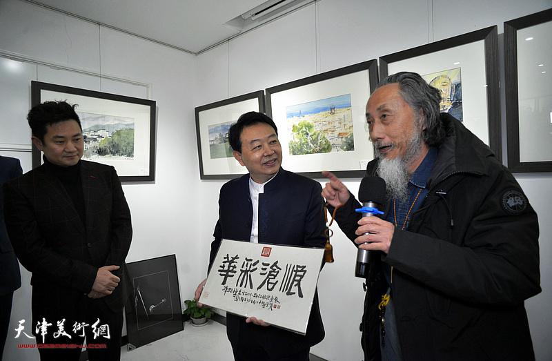 """著名书法家、鉴藏家刘栋为画展体育app万博题写""""华彩沧浪""""表示祝贺。"""