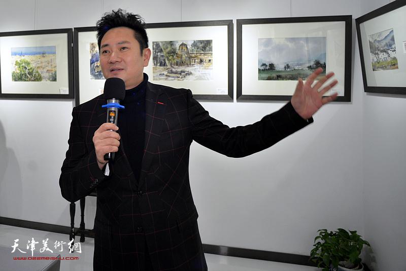 万博manbetx安卓版电视台著名主持人、书法家朱懿主持体育app万博式。