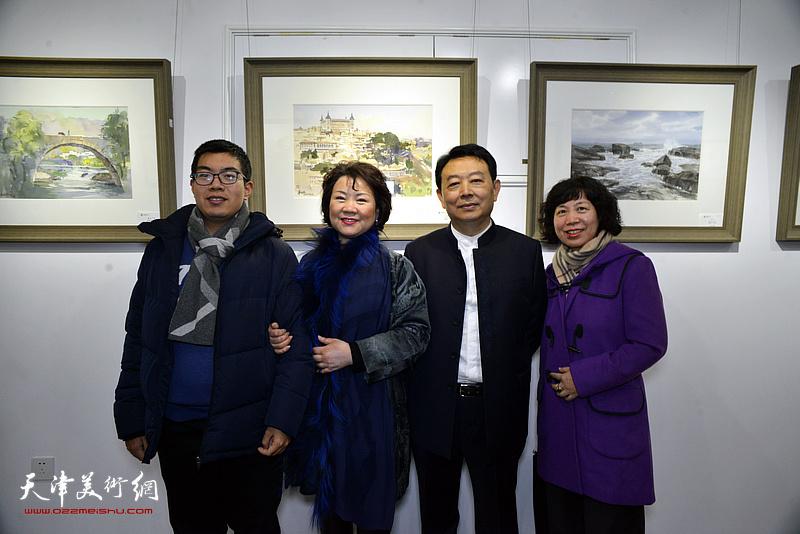 华绍栋、董芮睿夫妇与嘉宾、观众在水彩画小展现场。