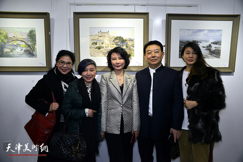 华绍栋、董芮睿夫妇与嘉宾在水彩画小展现场。