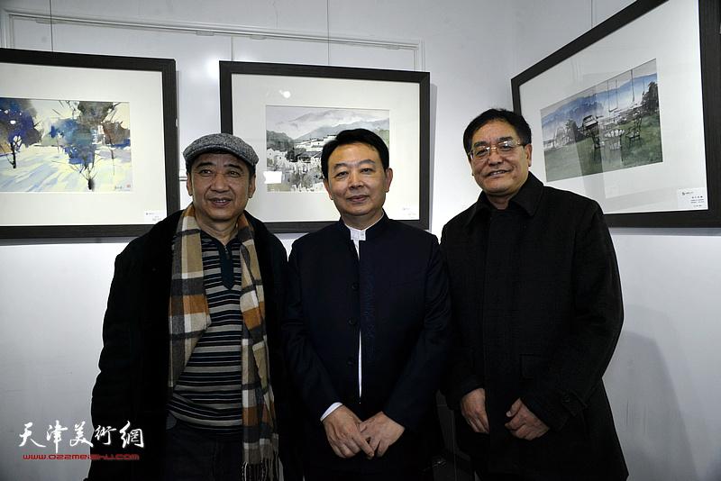 华绍栋与王爱宗、贾建茂在水彩画小展现场。