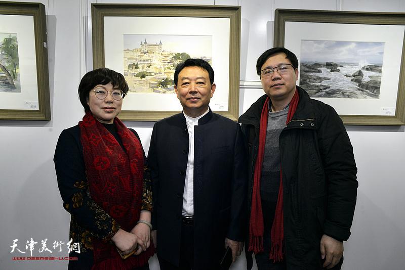 华绍栋与刘镪、张卫红在水彩画小展现场。