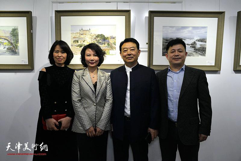 华绍栋、董芮睿与赵彦菊、陈林在水彩画小展现场。