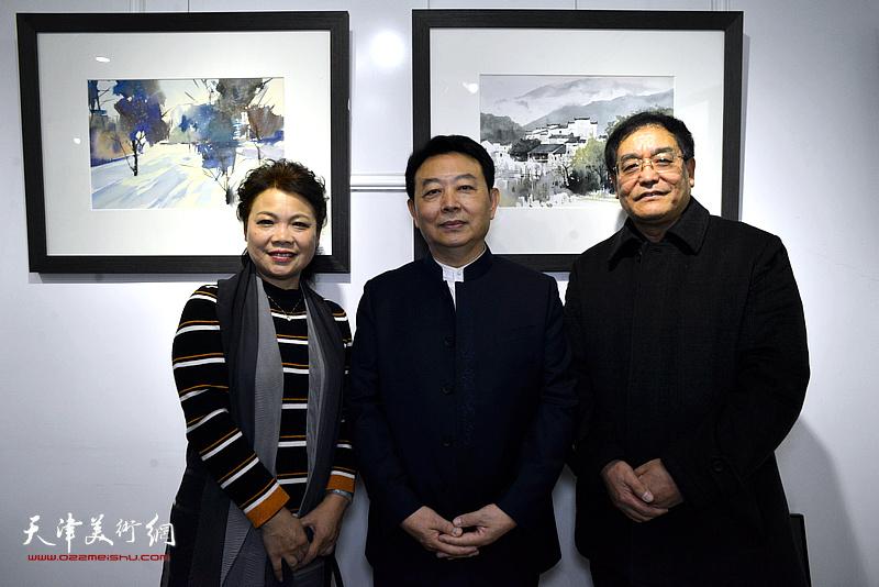 华绍栋与宋东、贾建茂在水彩画小展现场。